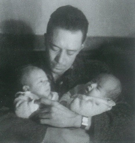 Albert Camus con Catherine y Jean, sus bebés. Fuente: Wikimedia Commons,CC BY-SA 4.0.